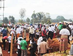 Les jeunes Imbonerakure habillées en  blanc aux Travaux de Développement Communautaire.