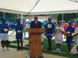 M.Adolphe Rukenkanya, Ministre de la Jeunesse, des sports et de la culture, inaugure le Centre de Football For Hope de Kabondo (Photo: PPBDI.COM )