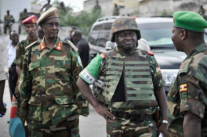 Le commandant en chef de l'AMISOM, le Lieutenant General Silas Ntigurirwa (FDN, Burundi) prenant place à une intervention face à une attaque d'Al Shebab ( Photo : facebook.com/nyamitwe )
