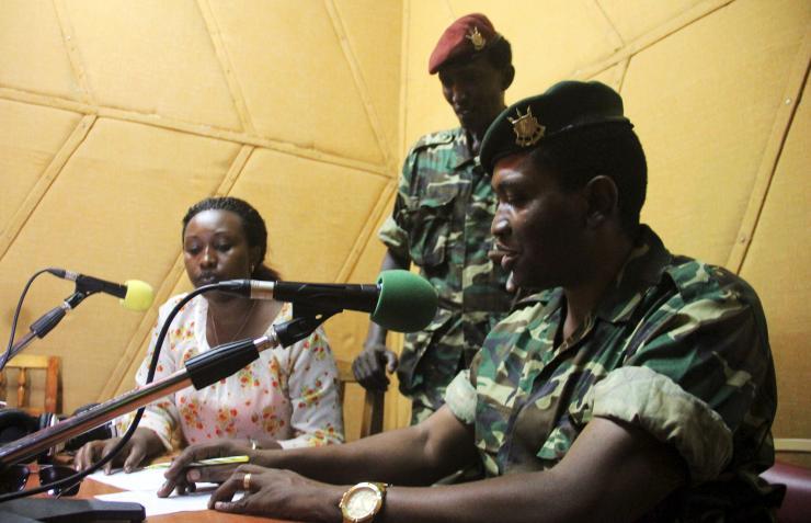 Le putchiste Cyrille NDAYIRUKIYE  ( debout  en béret rouge )
