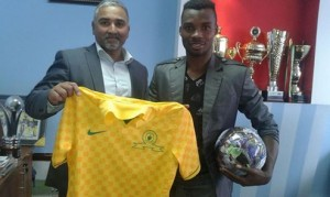 M. Fiston Abdul Razak pose avec  le president du Club Sud-Africain  MAMELODI Sundowns. ( Photo: akeza.net)