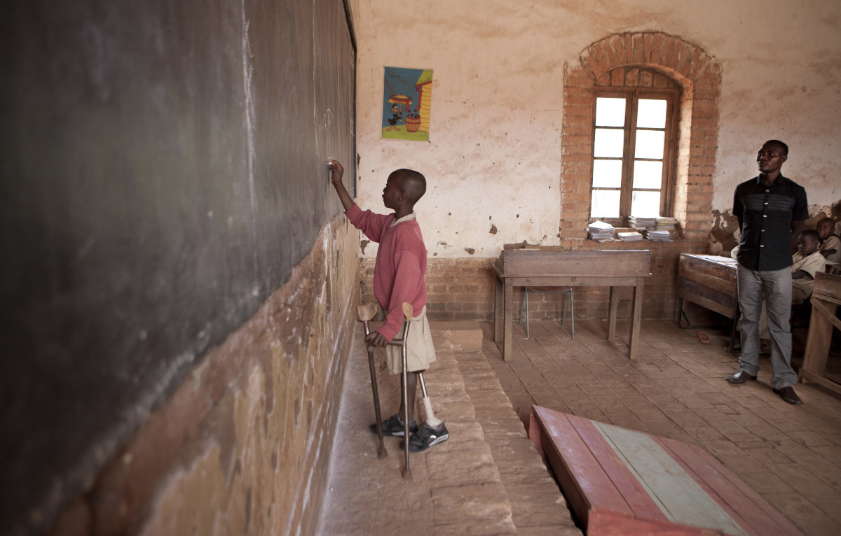 Thierry Irakoze 9 ans, est né sans la jambe gauche. Appareillé de sa nouvelle prothèse, nous le retrouvons ici à l'école primaire Makebuko I, Gitega, Burundi, Octobre 2013. // Thierry Irakoze, 9 years old, is born without his left leg. Fitted with his new prosthesis, he is here at Makebuko I elementary school, Gitega, Burundi, October 2013. Voir témoignage . // See testimony. ( Photo : handicapinternational.be )