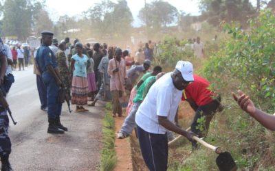 Burundi : TDC à Gitega - Débroussailler les bordures de route ( Photo : Christophe KARORERO 2016 )