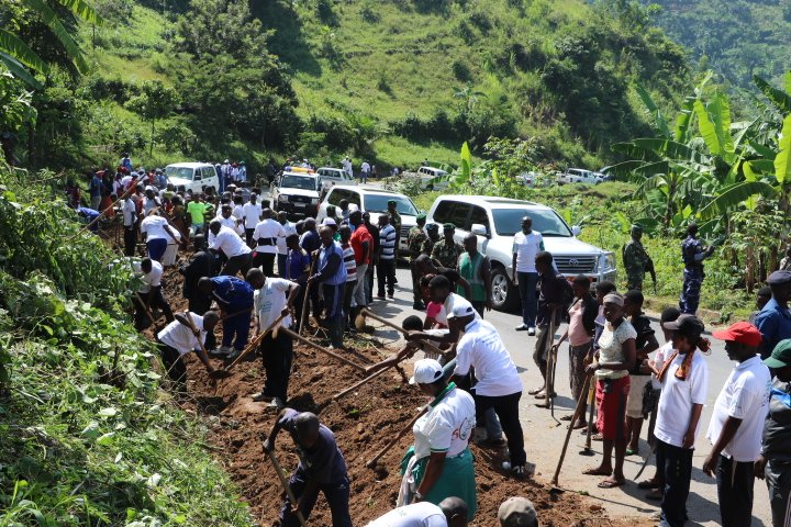 Burundi : TDC à Bujumbura - Entretien de propreté de la route nationale RN1 ( Photo : Vice-Présidence  Avril 2017 )