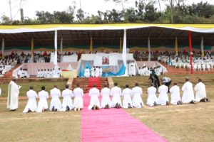 Burundi : Catholicisme, ordinations sacerdotales de 5 nouveaux prêtres et 9 diacres ( Photo : ASSEMBLEE NATIONALE 2017 )