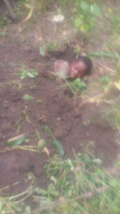 Burundi : 2 jeunes voleurs enterrés jusqu'au cou comme leçon ( Photo : ikiriho 2018 )