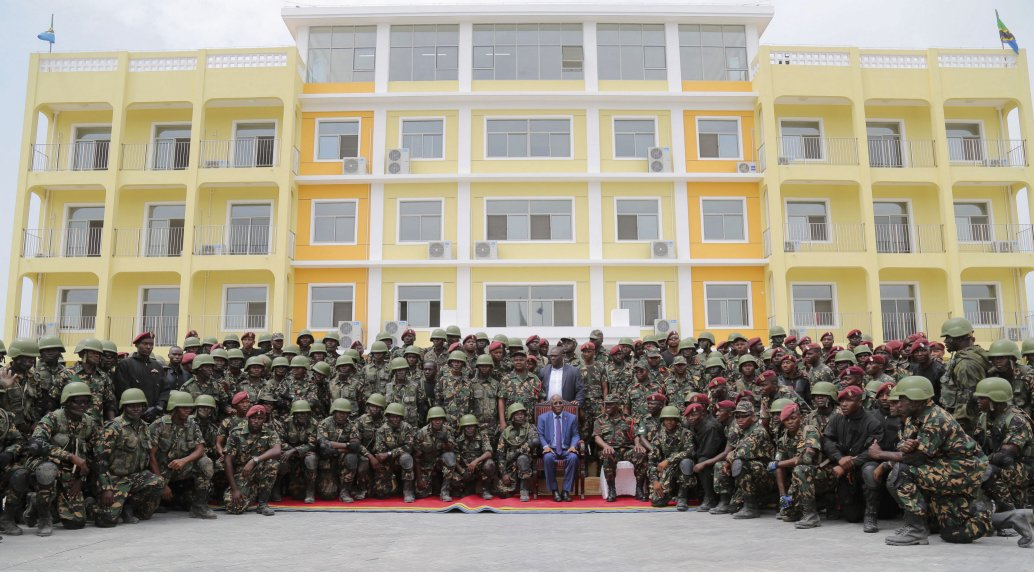 Photo : President John Magufuli poses with commandos during the opening of the new Chinese-built Comprehensive Training Centre on 6 February. (Office of the President (Tanzania))