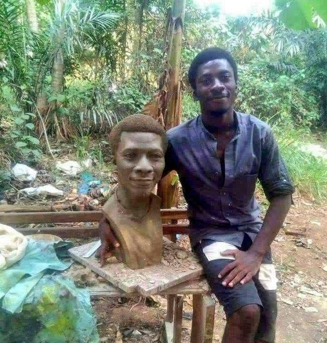 Burundi : Un jeune sculpteur HUTU burundais présente son auto-portrait ( Photo : 2018 ikiriho )