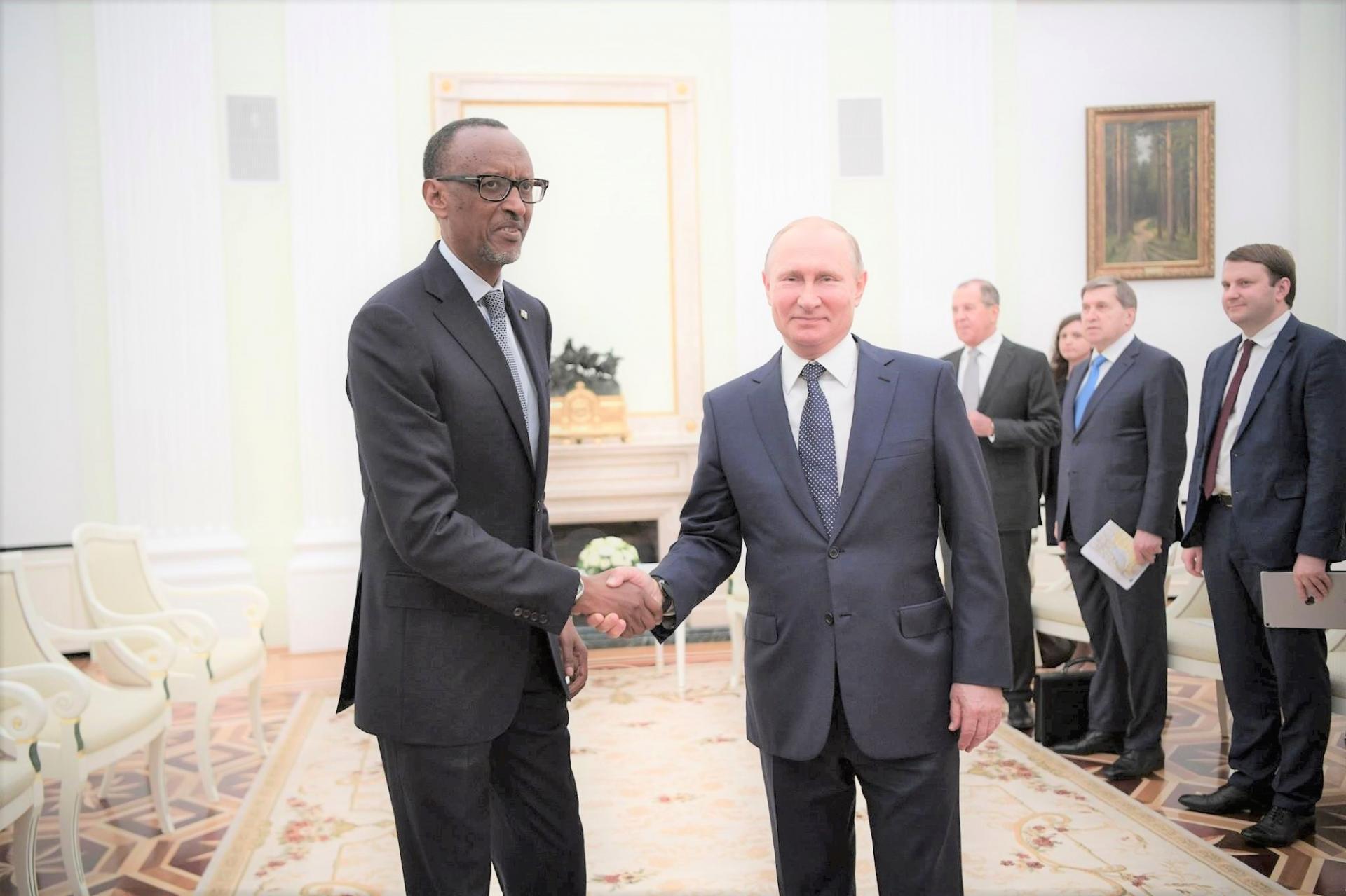 ( Photo : @dspc Paul Kagame et Vladimir Poutine - JUIN 2018 )