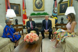 Photo : US President Donald Trump, right, Kenya's President Uhuru Kenyatta and their wives Melania Trump and Margaret Kenyatta meet in the White House Oval Office (AFP Photo/MANDEL NGAN)