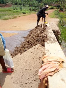 Burundi : L'extracteur de sable gagne 1.5 USD par fût ( Photo : IKIRIHO 2018 )
